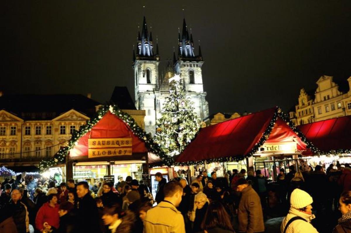 Hai khu chợ Giáng sinh lớn ở thủ đô Praha, CH Séc thu hút đông đảo khách du lịch. Ảnh minh họa/TTXVN