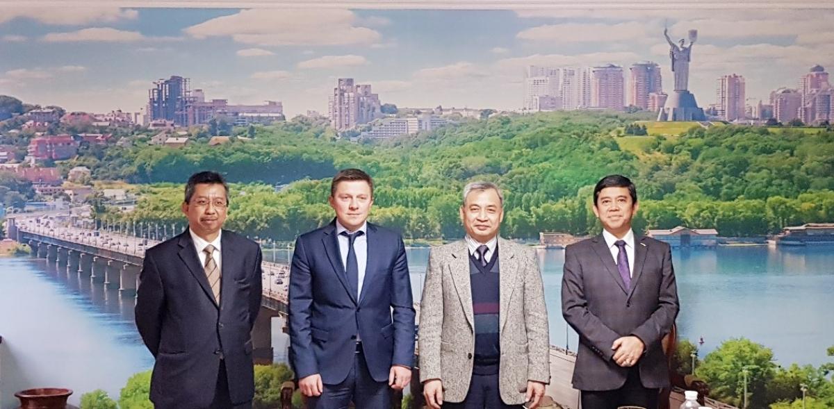 Đại sứ Nguyễn Anh Tuấn cùng các Đại sứ ASEAN và Vụ trưởng Pikalov chụp ảnh lưu niệm.