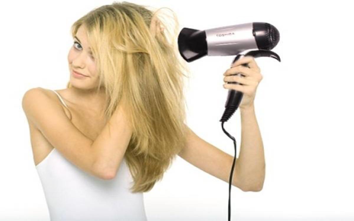 Tránh sử dụng máy sấy tóc: Hơi nóng từ máy sấy tóc khiến nước mắt bay hơi nhanh, gây ra các triệu chứng khô mắt.