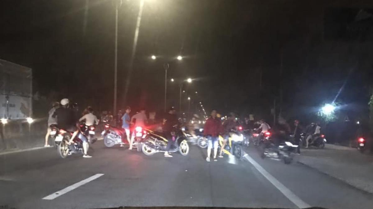Gần trăm đối tượng đua xe trái phép tại quốc lộ 1 địa bàn xã Long An, huyện Châu Thành, Tiền Giang vào tối ngày 7/11