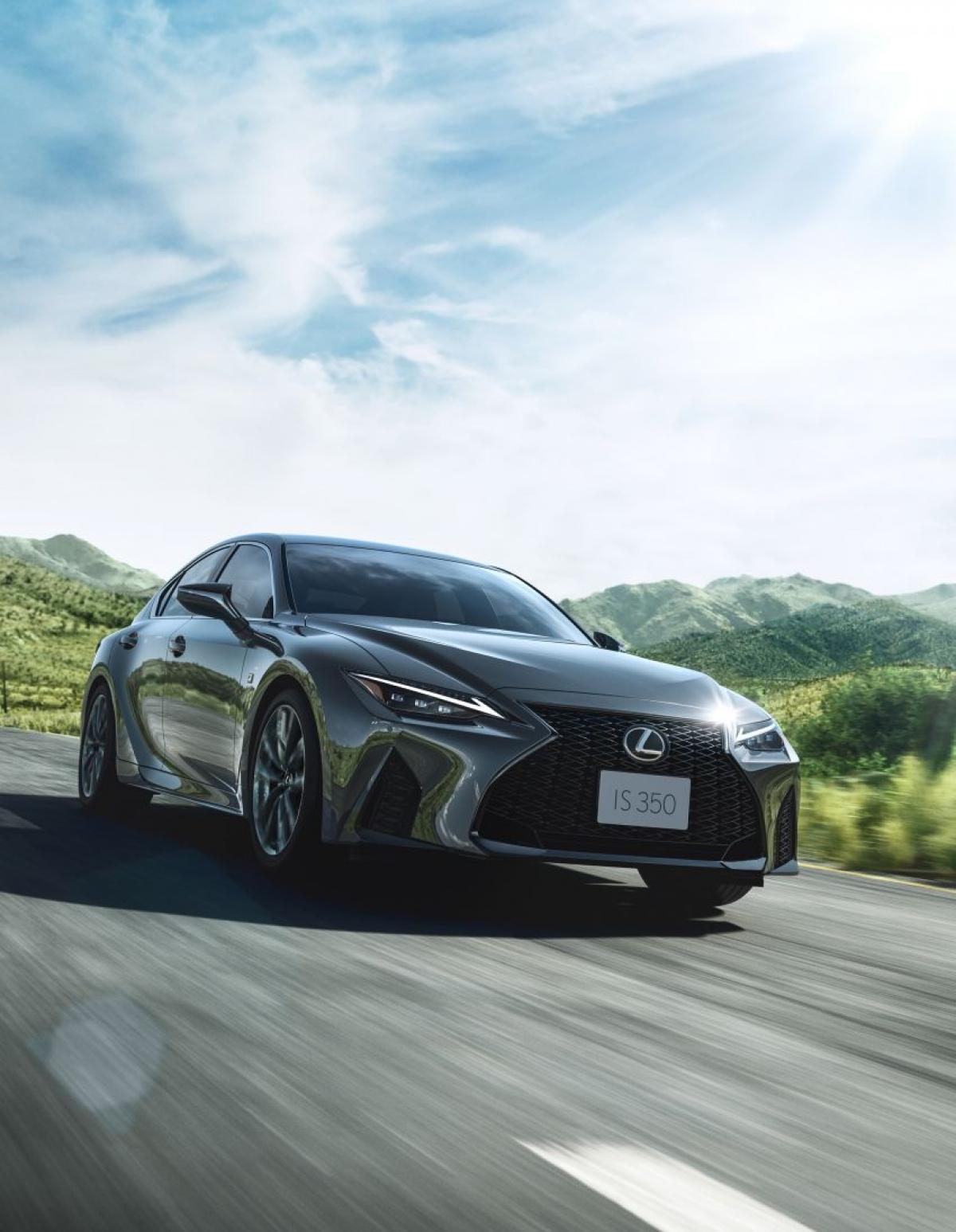 """Ra mắt toàn cầu hồi tháng 6,LexusIS 2021 vừa được giới thiệu tại quê nhà - Nhật Bản. IS 2021 là phiên bản nâng cấp của thế hệ thứ 3 vớisự """"lột xác"""" toàn diện cả về ngoại thất và động cơ."""