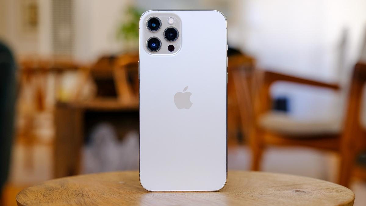 Sản phẩm đi kèm thiết lập ba camera ở mặt sau kết hợp với cảm biến LiDAR giúp đo độ sâu tốt hơn. Đây cũng là thiết lập tương tự iPhone 12 Pro đã được Apple phát hành trước đó, nhưng cảm biến chính của iPhone 12 Pro Max có kích thước lớn hơn giúp đo độ sáng tốt hơn.