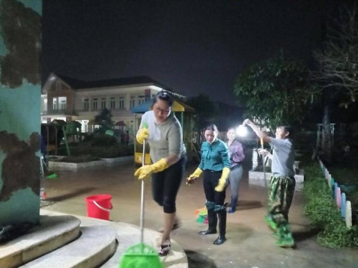 Tối 1/11, hàng trăm giáo viên và phụ huynh ở xã Xuân Hồng, huyện Nghi Xuân (Hà Tĩnh) nỗ lực xuyên đêm nạo vét bùn đất trước khi nước lũ rút hết. .