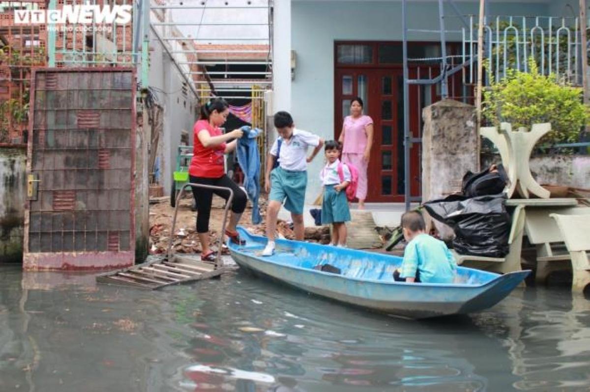 Nhiều ngày qua, triều cường liên tục đạt đỉnh khiến con hẻm 719 đường Huỳnh Tấn Phát (Quận 7, TP.HCM) luôn trong tình trạng ngập nước, làm đảo lộn cuộc sống của người dân.