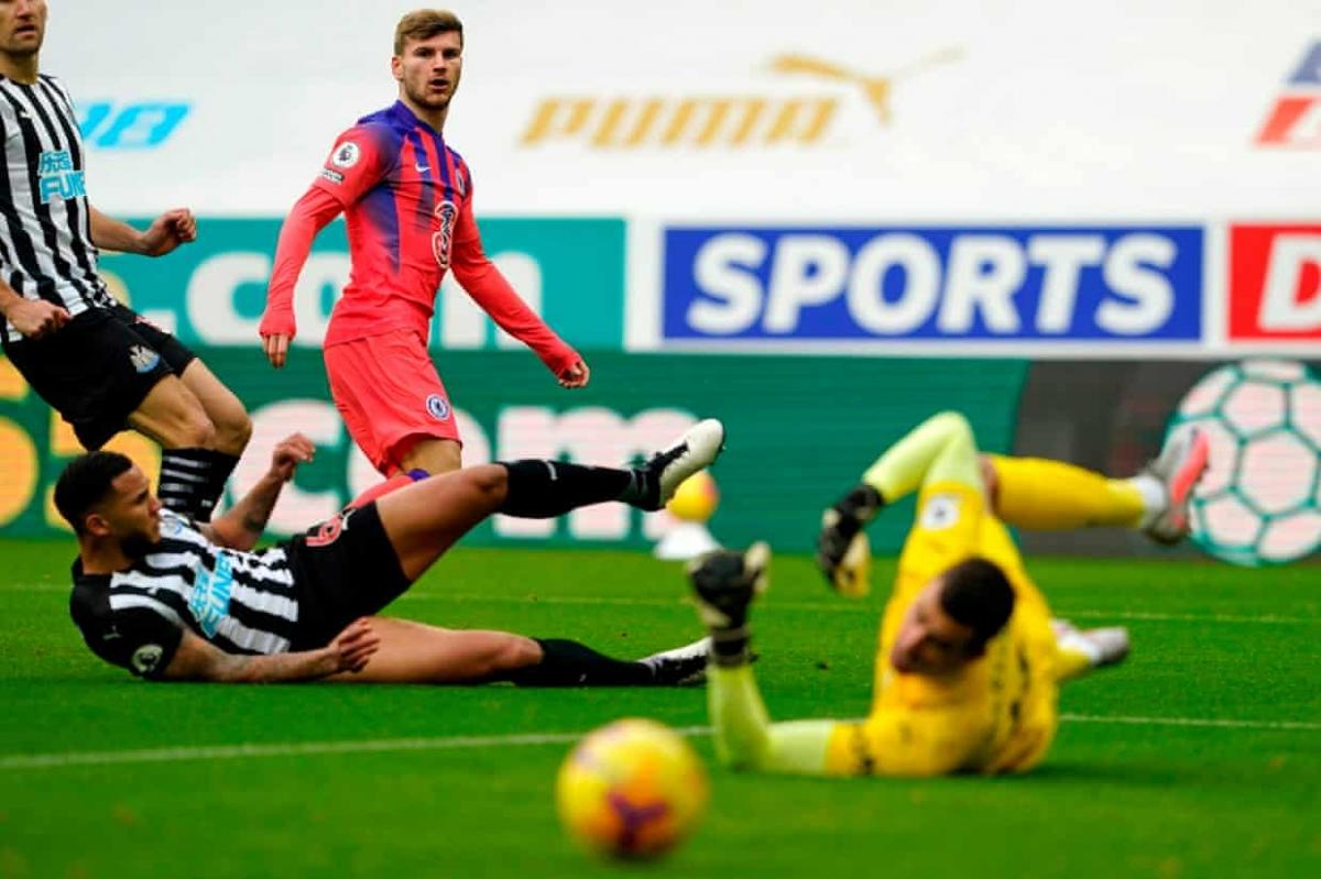 Chiến thắng 2-0 trên sân Newcastle giúp Chelsea có 18 điểm và tạm thời chiếm ngôi đầu Premier League khi Leicester, Tottenham, Liverpool, Southampton, Aston Villa chưa ra sân ở vòng này.
