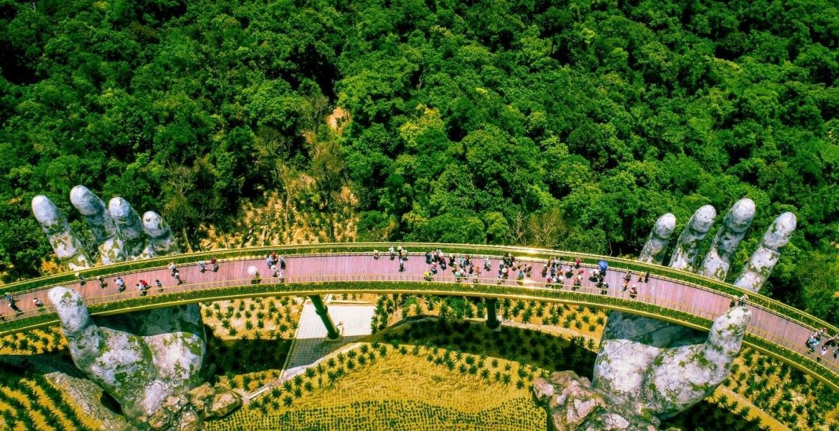 """Không còn phải bàn cãi nữa, Cầu Vàng nhất định là điểm check-in đỉnh nhất Đà Nẵng. Đây được mệnh danh là """"đài vọng cảnh"""" của thành phố ven sông Hàn, nơi mà mỗi khoảnh khắc lại là một bức tranh hoàn toàn khác biệt."""