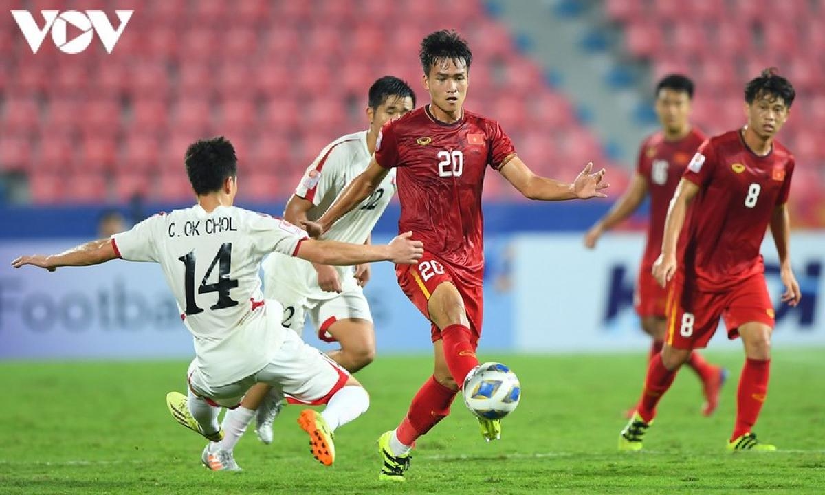 Bùi Hoàng Việt Anh (Hà Nội FC - sinh năm 1999) - Sau khi tham dự U23 châu Á 2020, Việt Anh đã tiến bộ rất nhanh và có mùa giải V-League 2020 đáng nhớ cùng Hà Nội FC với 4 bàn thắng dù thi đấu ở vị trí trung vệ. Cầu thủ trẻ này hứa hẹn sẽ là trụ cột trong đội hình của HLV Park Hang Seo trong tương lai.