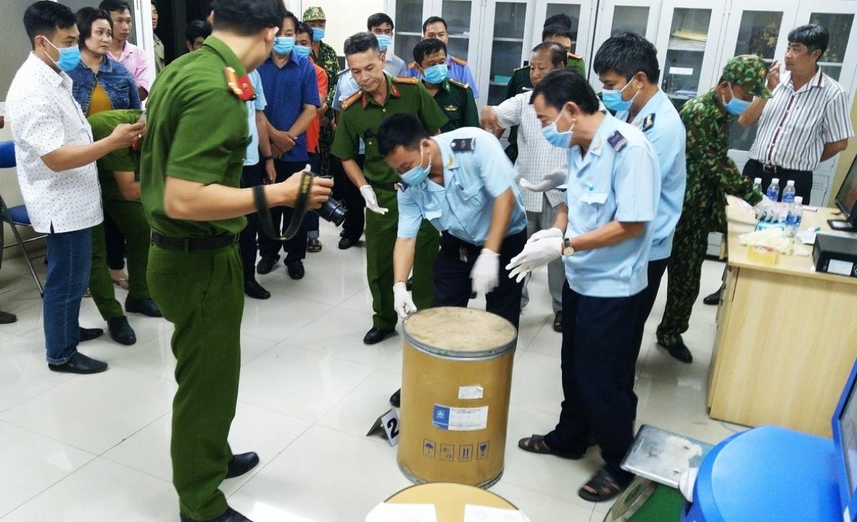 Lực lượng chức năng khám xét khẩn cấp kho hàng Đ.D, tại khóm Xuân Hòa, thị trấn Tịnh Biên, huyện Tịnh Biên, tỉnh An Giang.