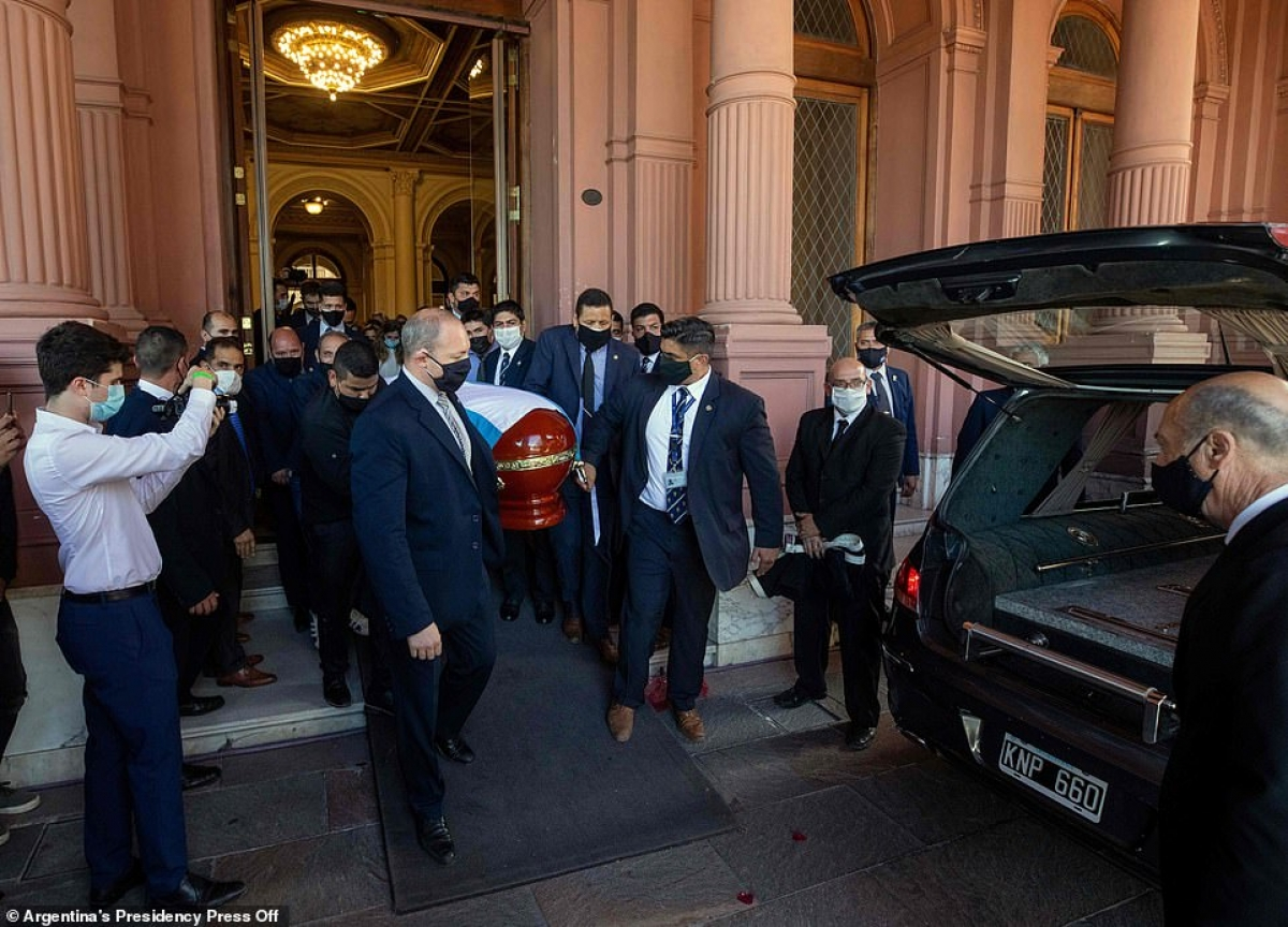 Chiều tối 26/11 theo giờ Argentina, linh cữu huyền thoại bóng đá Diego Maradona đã được di chuyển khỏiphủ Tổng thống Argentina để đến với nơi an nghỉ cuối cùng.