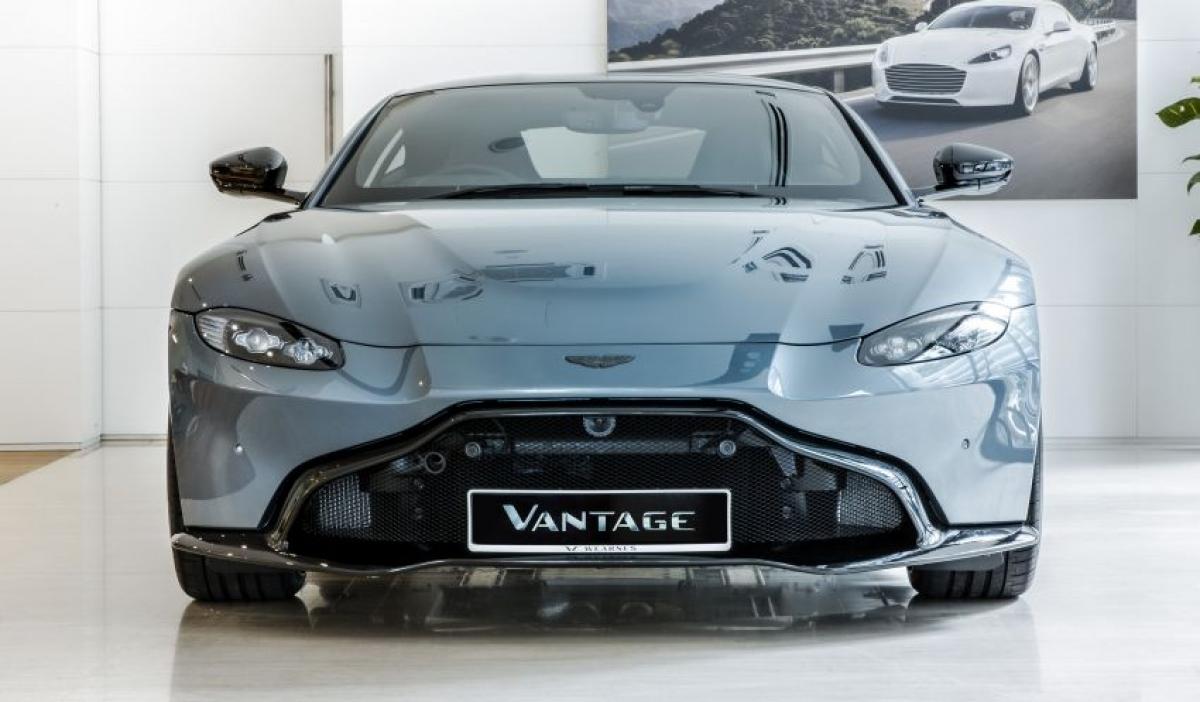 Aston Martin Vantage Dark Knight Edition là mẫu xe được phát triển dựa trên chiếc Vantage V8 trước khi được điều chỉnh một chút để trở thành một chiếc coupe.
