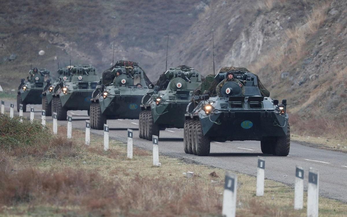 Xe thiết giáp của lực lượng gìn giữ hòa bình Nga tới Nagorno-Karabakh để làm nhiệm vụ sau khi thỏa thuận đình chiến do Armenia, Azerbaijan, và Nga ký có hiệu lực. Ảnh: Reuters.