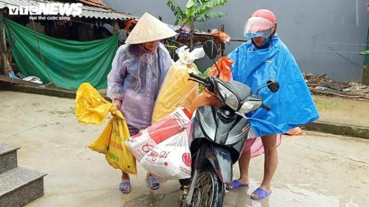Tại xã Cẩm Mỹ (huyện Cẩm Xuyên), hơn 20 hộ dân tại thôn Mỹ Phú và thôn Mỹ Hà được di dời an toàn ra khỏi khu vực lũ quét vào sáng 30/10.