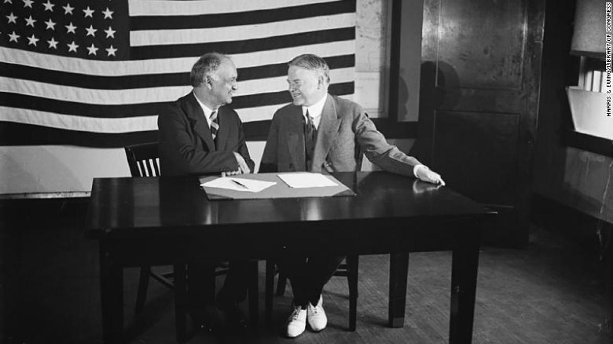 Ông Charles Curtis (trái) vàcựu Tổng thống Herbert Hoover năm 1928. Ảnh: CNN