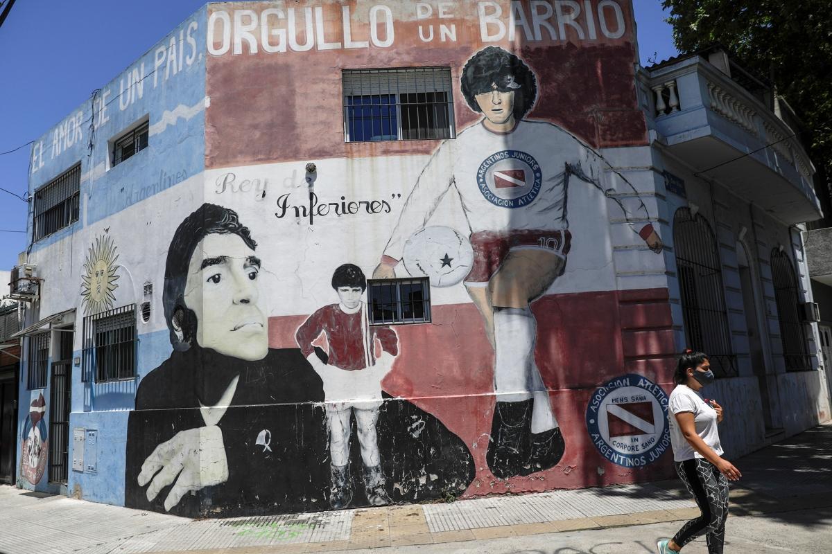 Không khó để bắt gặp hình ảnh về Maradona ở Buenos Aires. Nguồn: Reuters