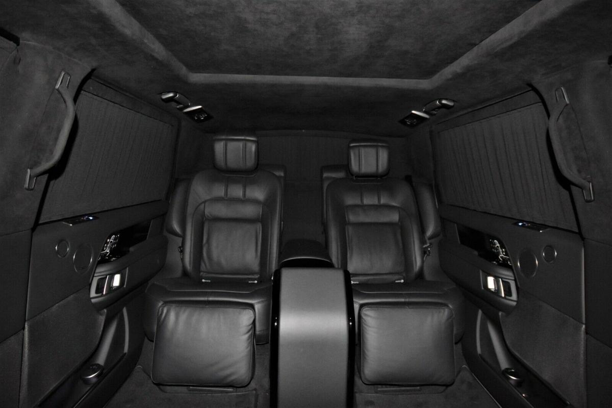 Xe cũng được trang bị đèn nhấp nháy, còi báo động, vách ngăn cách nội thất giữa người lái và hành khách, hệ thống cách âm chất lượng cao, hệ thống âm thanh, mái trượt kim loại chỉnh điện, hệ thống liên lạc nội bộ, tủ mát và thậm chí là cửa thoát hiểm.