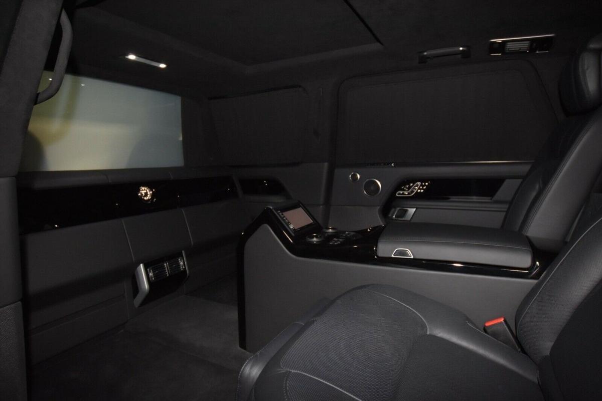 Tất cả những tính năng công nghệ và tiện nghi được cung cấp trên Range Rover SVAutobiography tiêu chuẩn cũng vẫn được xuất hiện.