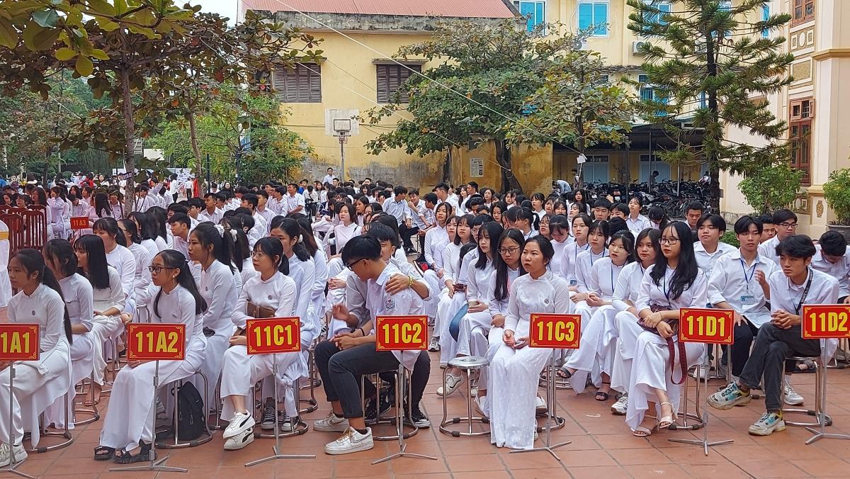 Các thế hệ học sinh trường THPT Công Nghiệp Hòa Bình.