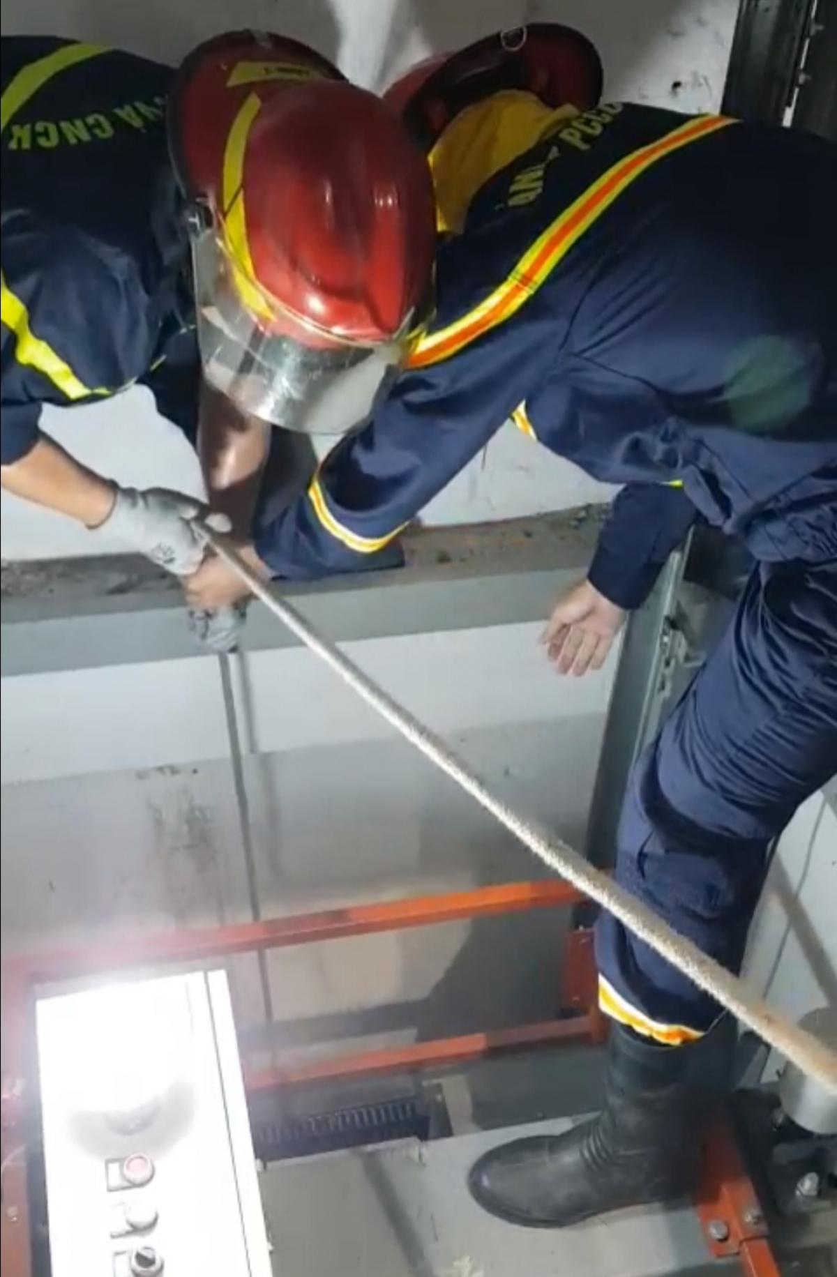 Lực lượng cứu nạn cứu hộ nỗ lựcđưa cô gái bị mắc kẹt trong giếng thang máy ra ngoài.