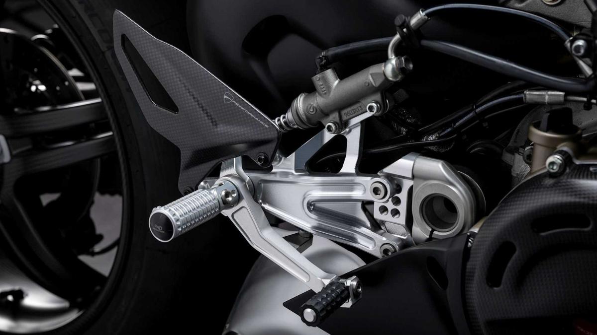 """Xe được trang bị tiêu chuẩn tính năng hỗ trợ xuất phát, """"quick shift"""" hai chiều, kiểm soát bốc đầu, kiểm soát trượt bánh, phanh bằng động cơ,..."""