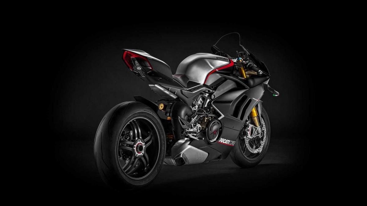 Ducati V4 SP được trang bị khối động cơ V4 quen thuộc, dung tích 1.103 phân khối với công suất cực đại 214 mã lực tại tua máy 13.000 vòng/phút và mô-men xoắn cực đại 124 Nm ở tua máy 9.500 vòng/phút. Công suất này sẽ thấp hơn V4 R 20 mã lực tuy nhiên, mô-men xoắn lại được cải thiện 11,5 Nm so với mẫu xe đàn anh.