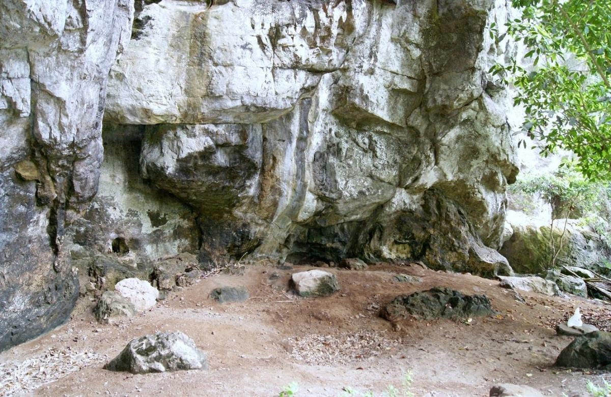 Hang đá nơi người Rục sống trước kia.