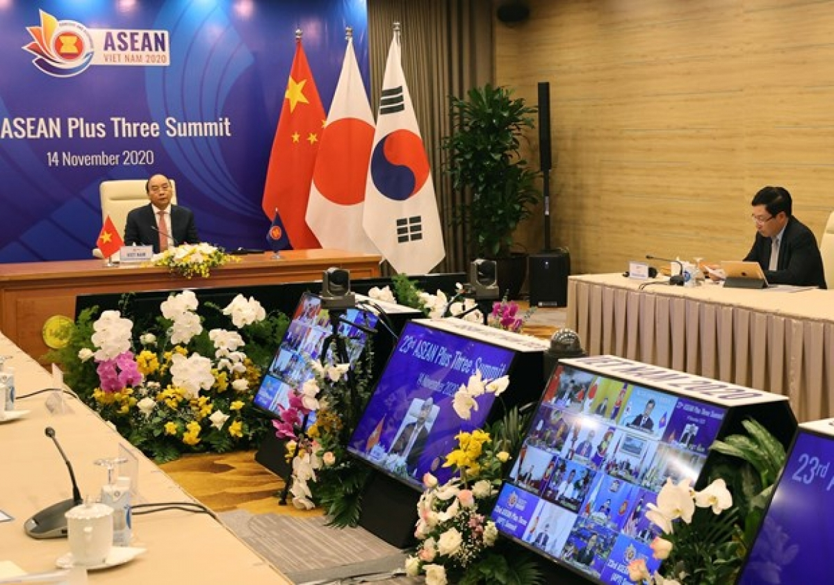 Prime Minister Nguyen Xuan Phuc chairs the online 23rd ASEAN Plus Three Summit on November 14 (Photo: VNA)