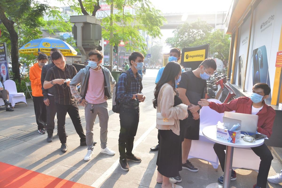 Nhiều khách xếp hàng từ sớm, hào hứng đếm ngược khoảnh khắc nhận về các phiên bản iPhone 12. Được biết, Thế Giới Di Động hiện là đại lý chính hãng lớn nhất của Apple tại Việt Nam, nhà bán lẻ tự tin đáp ứng nguồn hàng sẵn sàng phục vụ iFan.