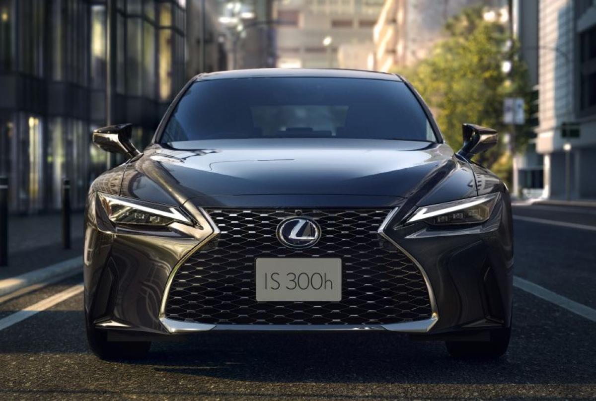 Về mặt thiết kế Lexus IS 2021 có kiểu dáng ấn tượng nhờ ngôn ngữ thiết kế mới nhất, với lưới tản nhiệt hình con suốt quen thuộc và được mở rộng phần dưới, đèn pha LED mỏng được đặt bên dưới đèn ban ngày hình mũi tên dạng đơn. Thiết kế mặt bên cũng được điều chỉnh hoàn toàn với kính chắn gió phía sau làm dốc hơn một chút cho phép cột C gấp khúc rõ rệt.