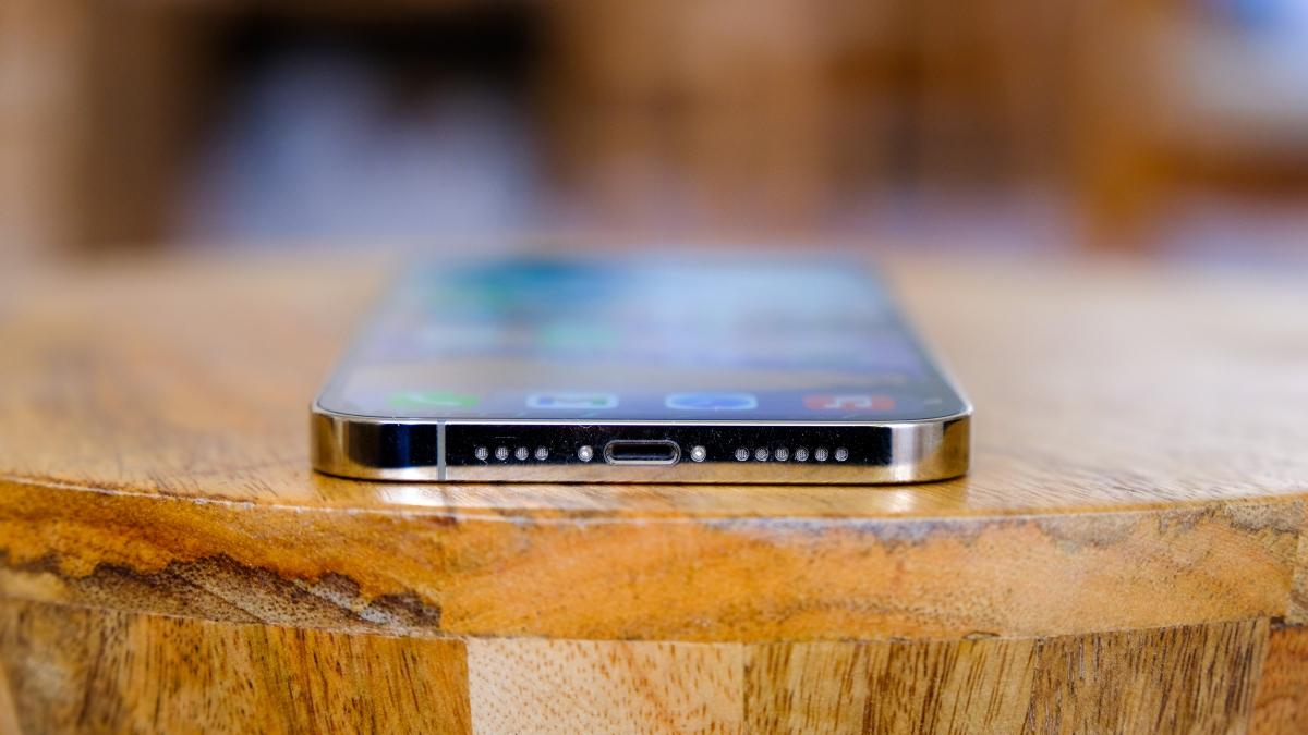 Ở mặt dưới cùng của iPhone 12 Pro Max vẫn là cổng kết nối Lightning quen thuộc. Apple có thể chuyển sang cổng USB-C hoặc thậm chí loại bỏ cổng sạc để ủng hộ sạc không dây như MagSafe trong phiên bản iPhone 2021.