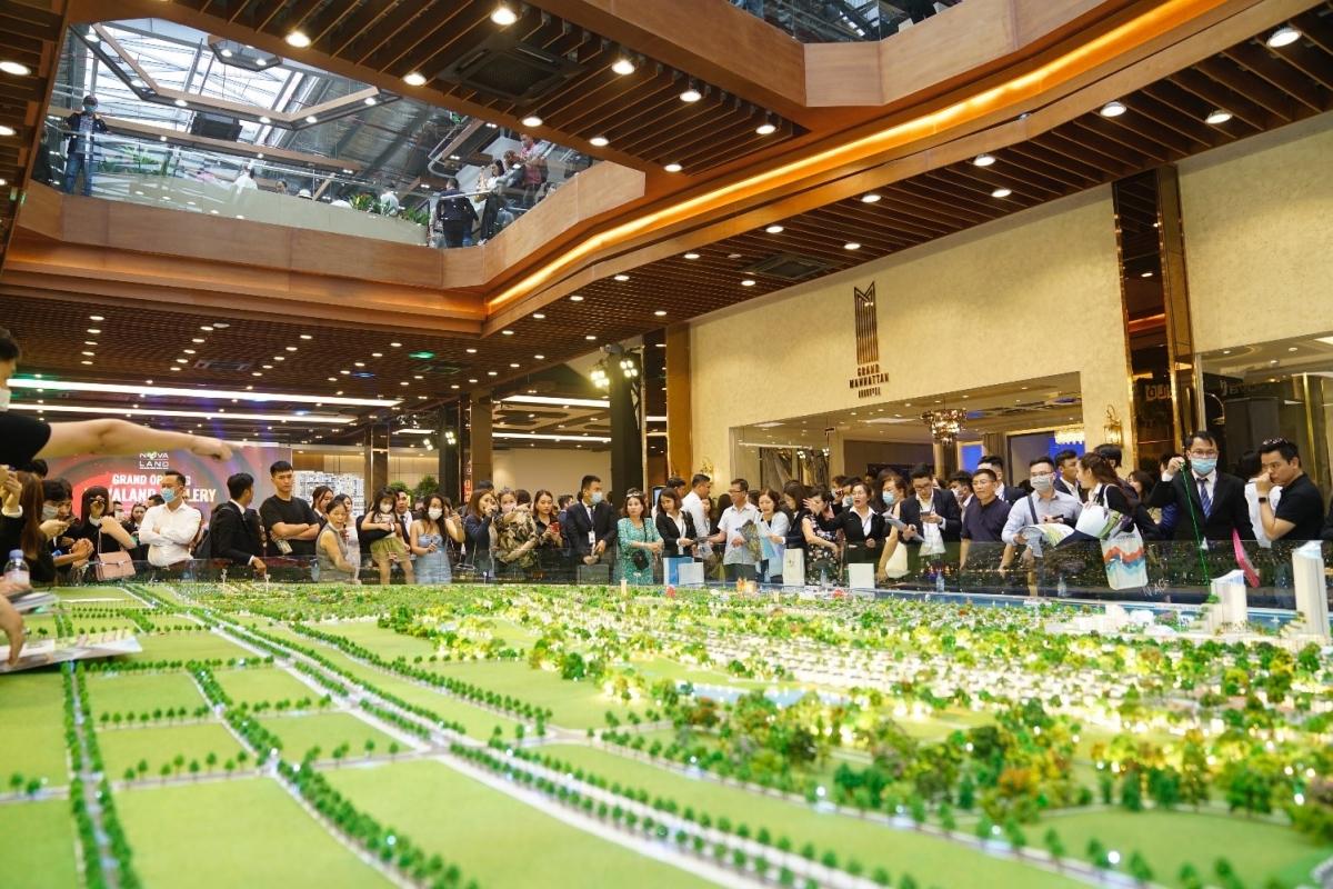 Rất đông khách hàng tham quan và tìm hiểu các Dự án trong ngày khai trương Novaland Gallery.