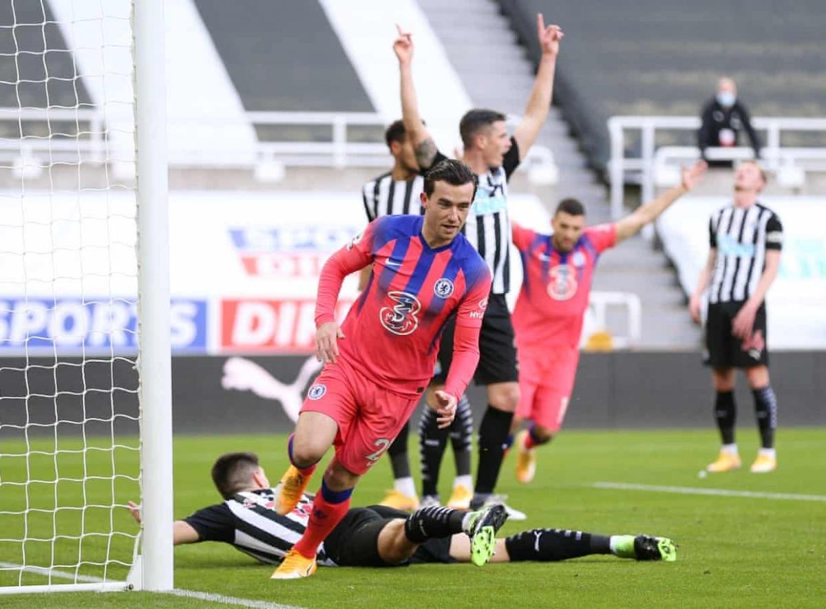Bước ngoặt của trận đấu đến ngay phút thứ 10 với bàn mở tỷ số đầy tranh cãi.