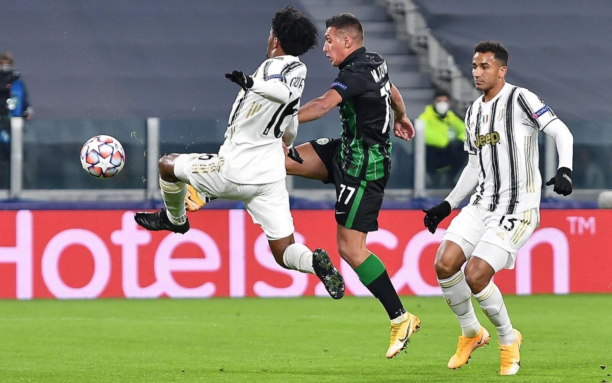Myrto Uzuni chớp thời cơ xé lưới Juventus ở phút 19.