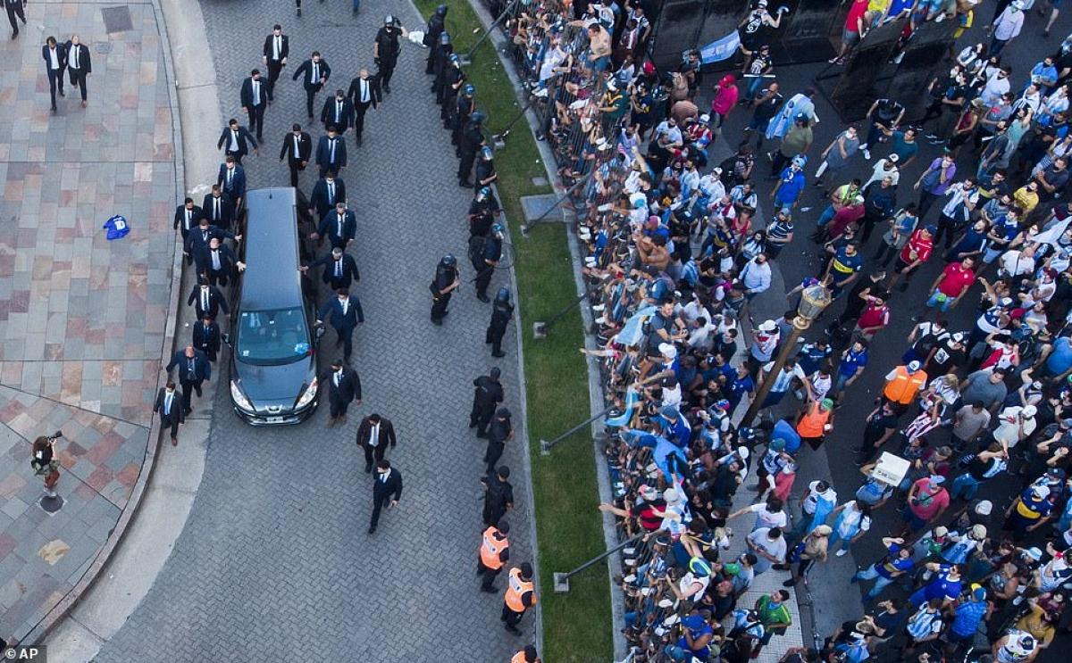 """Dòng người tập trung rất đông ở ngoàiphủ Tổng thống Argentina để đưa tiễn """"người anh hùng"""" của họ."""