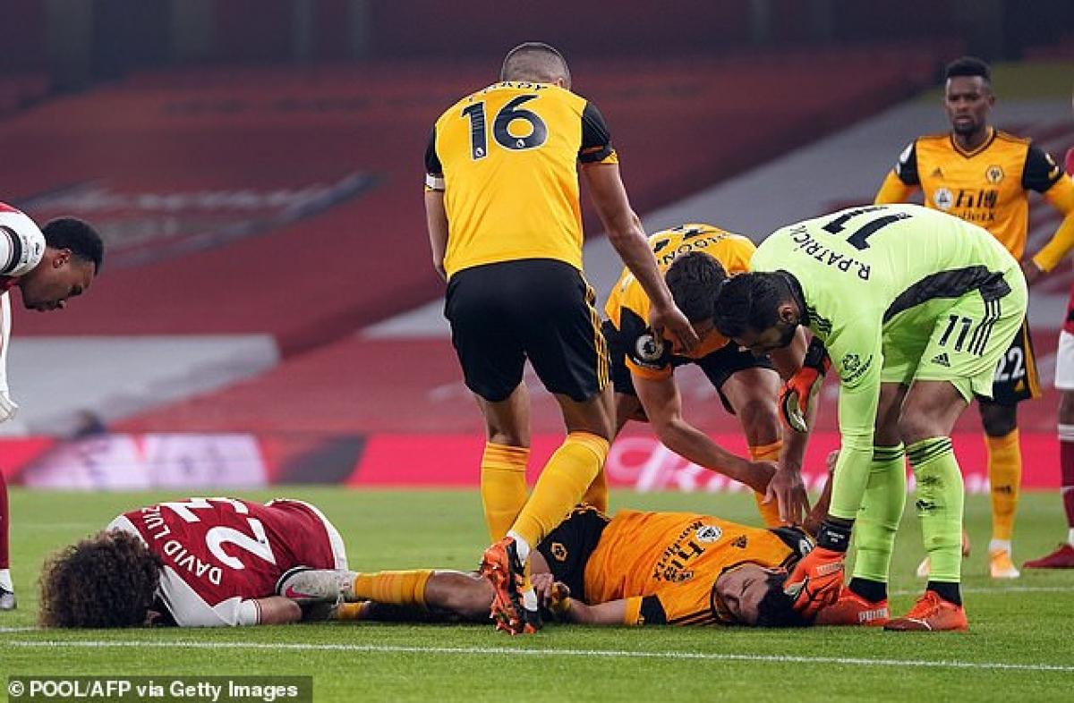 Trận đấu bị gián đoạn 10 phút để đội ngũ y tế sơ cứu cho hai cầu thủ.