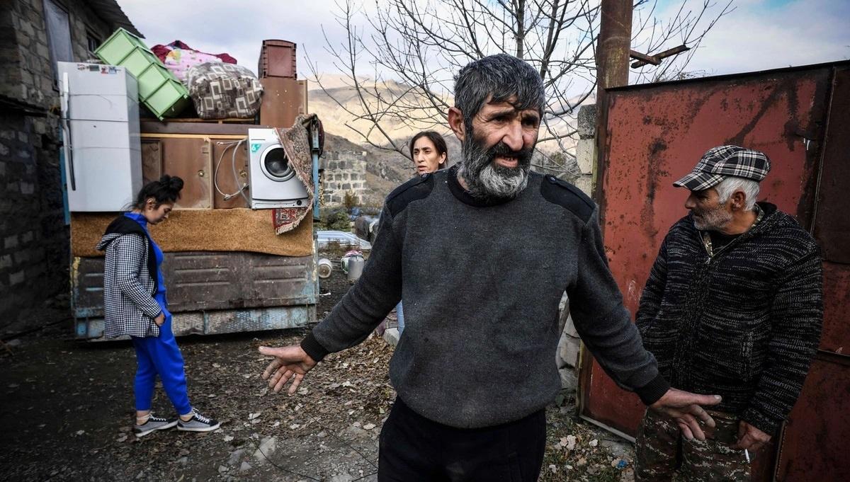 """Theo thỏa thuận nói trên, 7 vùng lân cận của Nagorno-Karabakh sẽ được """"Cộng hòa Artsakh"""" tự phong giao cho phía Azerbaijan. Kalbajar là 1 trong 7 vùng đó. Trong ảnh, người dân tại thị trấn Kalbajar, đang gói ghém đồ đạc trước khi rời bỏ nhà cửa của họ ở đây. Ảnh: Getty."""