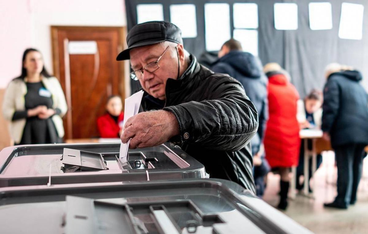 Ngày 1/11, các cử tri Moldova đi bỏ phiếu bầu cử Tổng thống (Ảnh: Tass).