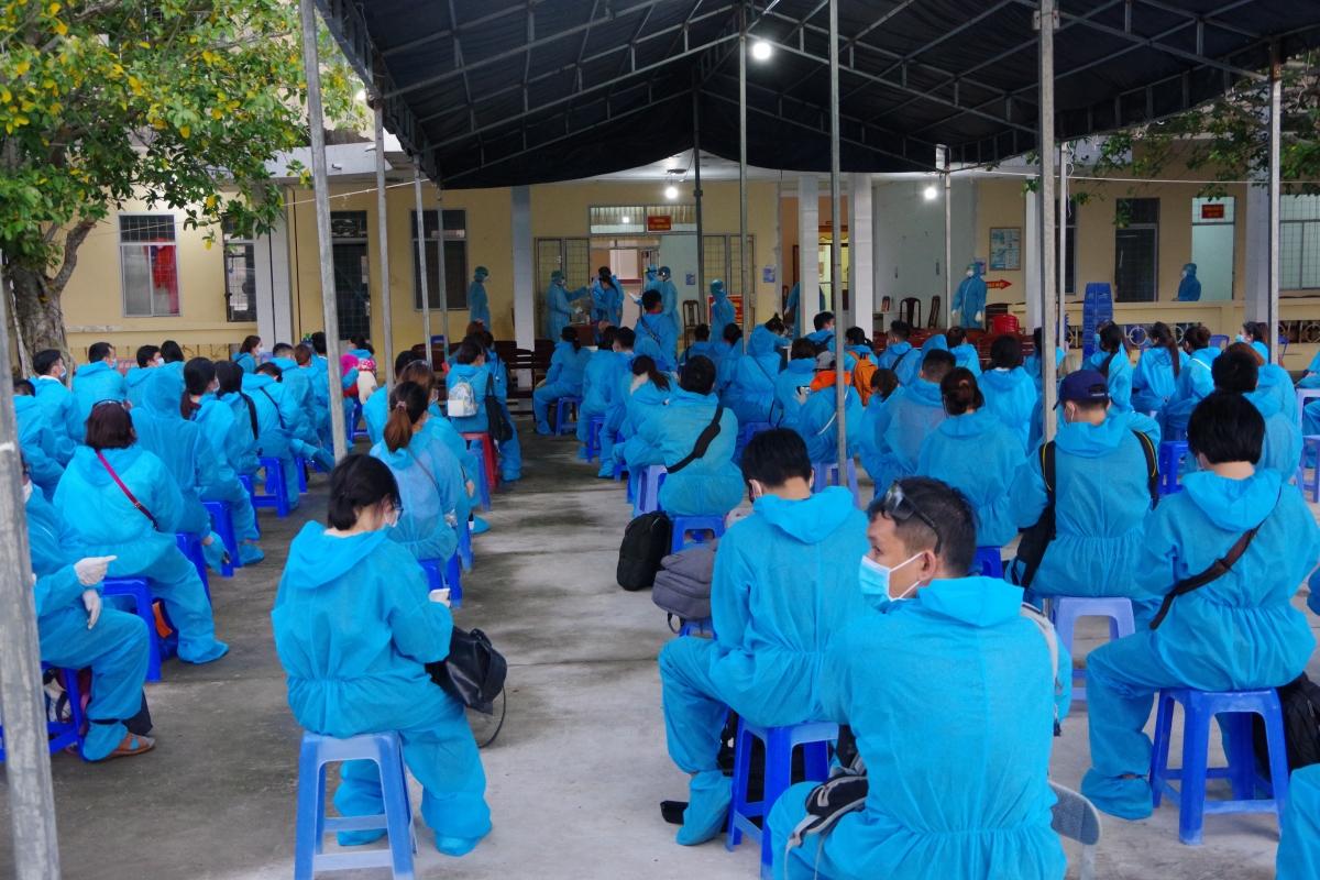 Các công dân được tiếp nhận và cách ly y tế tại Trường Quân sự tỉnh.