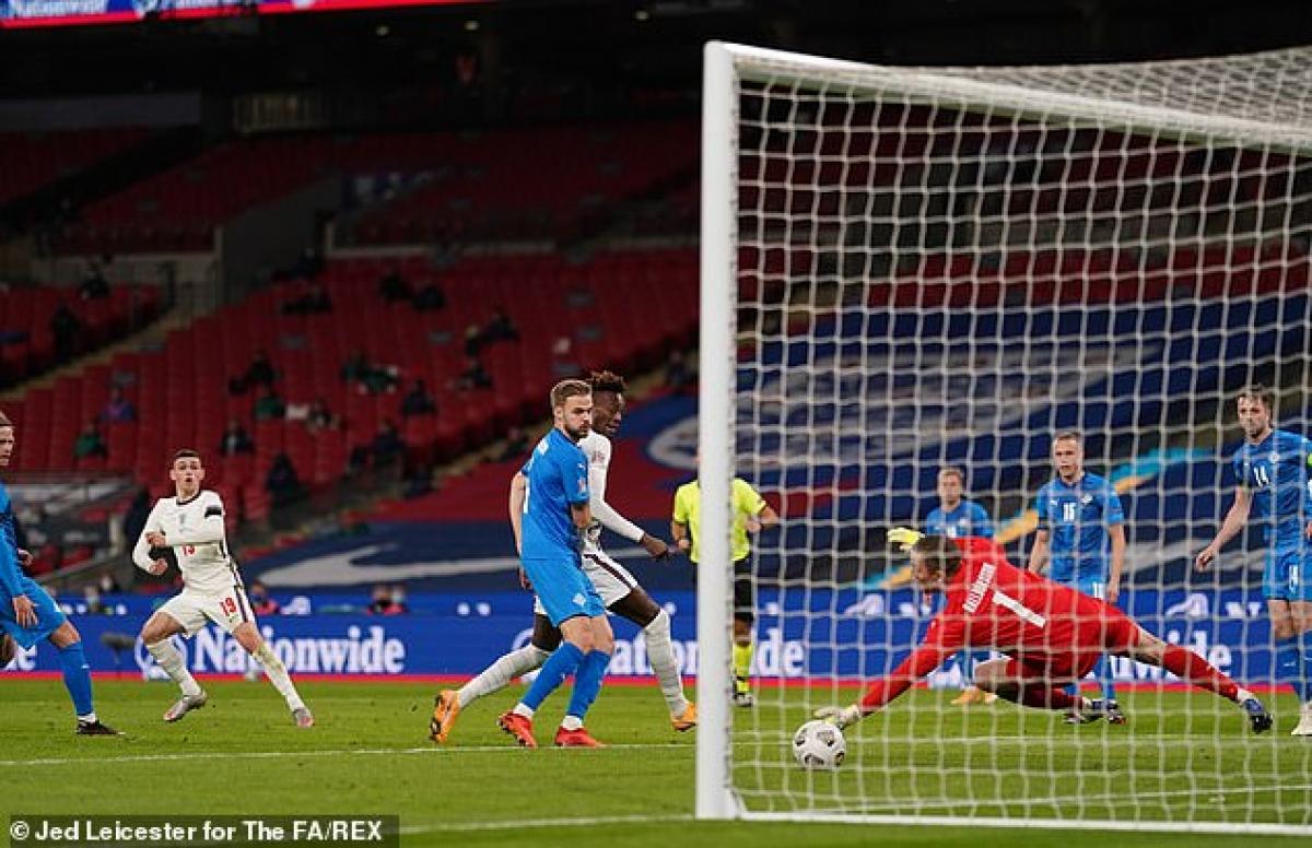 """Phil Foden lập cú đúp vào lưới Iceland, giúp ĐT Anh giành chiến thắng 4-0 và gây """"bão"""" với những pha xử lý đầy kỹ thuật."""