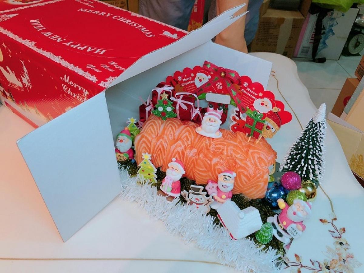 Cây thông Noel cũng được làm từ sushi./.