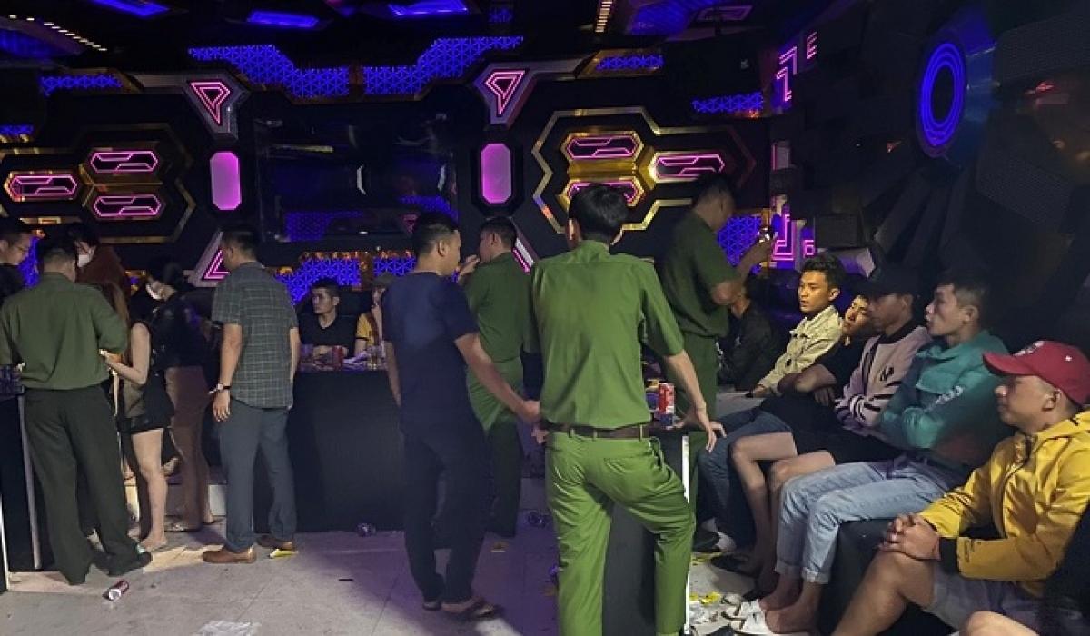 Thời điểm Công an Lâm Hà đột kích quán karaoke và bắt quả tang nhiều thanh niên sử dụng trái phép chất ma tuý