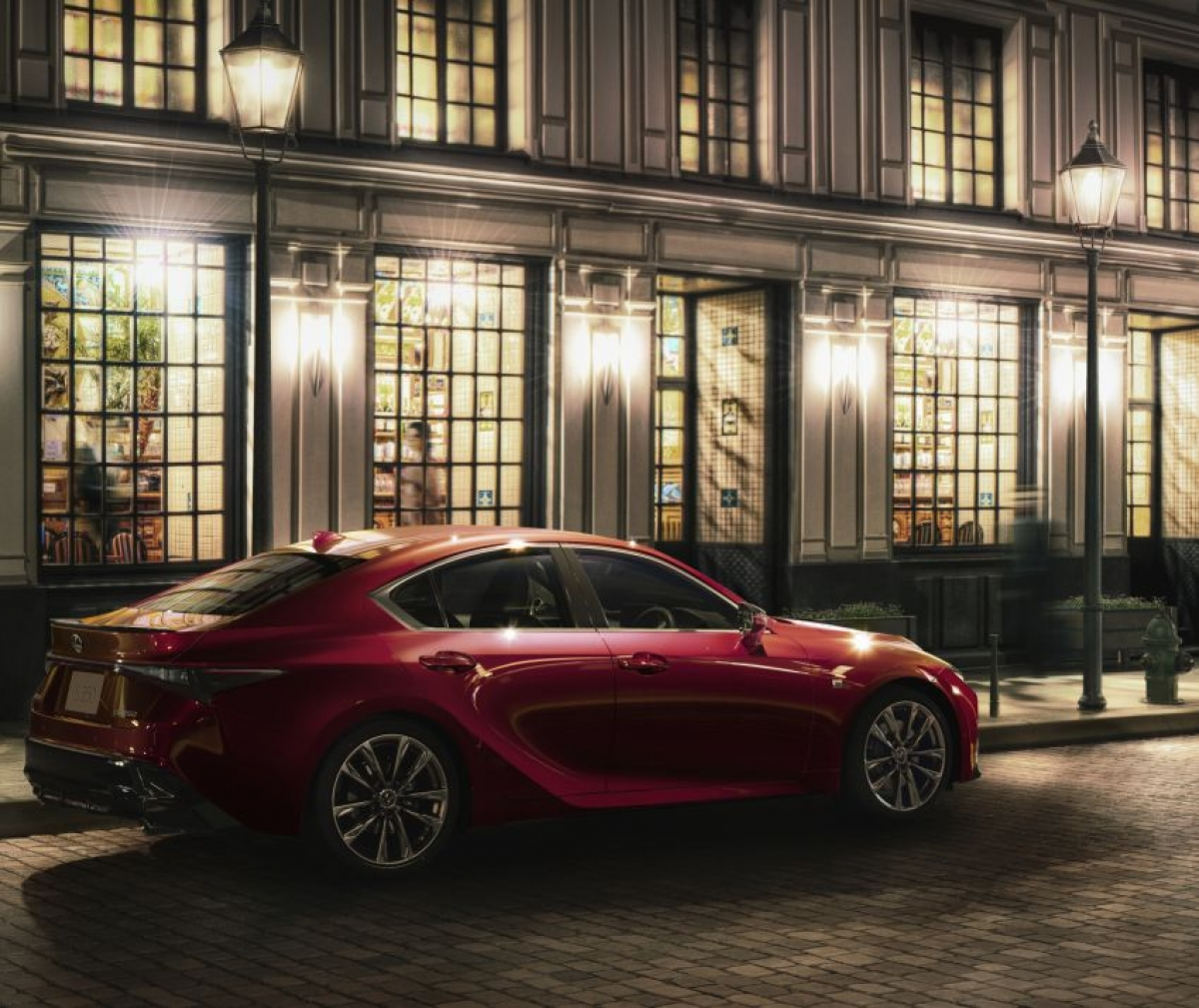 Lexus cũng đã làm thấp những đường vai và kéo ở hai bên sườn làm tôn lên vòm bánh với chắn bùn rộng hơnkiểu widebody.Kính phía sau thu gọn và nắp cốp làm nổi bật cụm đèn pha dạng chữ L, cùngphần cản va mới và phần mô phỏng bộ khuếch tán không khí. Chiếc IS dài hơn 30 mm, rộng hơn 30 mm và thấp hơn 5 mm so với phiên bản trước.