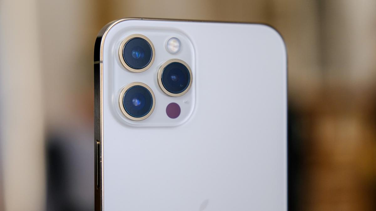 Cận cảnh cụm camera sau của iPhone 12 Pro Max, trong đó ba camera sẽ là sự kết hợp của các cảm biến rộng, góc rộng và tele, cùng cung cấp độ phân giải 12 MP.