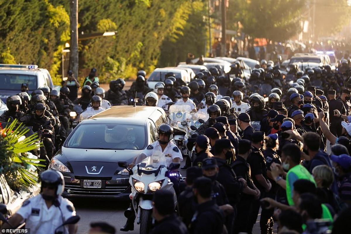 Đám đông người hâm mộ đẫm nước mắt vây quanh chiếc xe tang. Người dân nhìn hành trình cuối cùng của người hùng dân tộc đi qua những con phố ở thủ đô Buenos Aires.