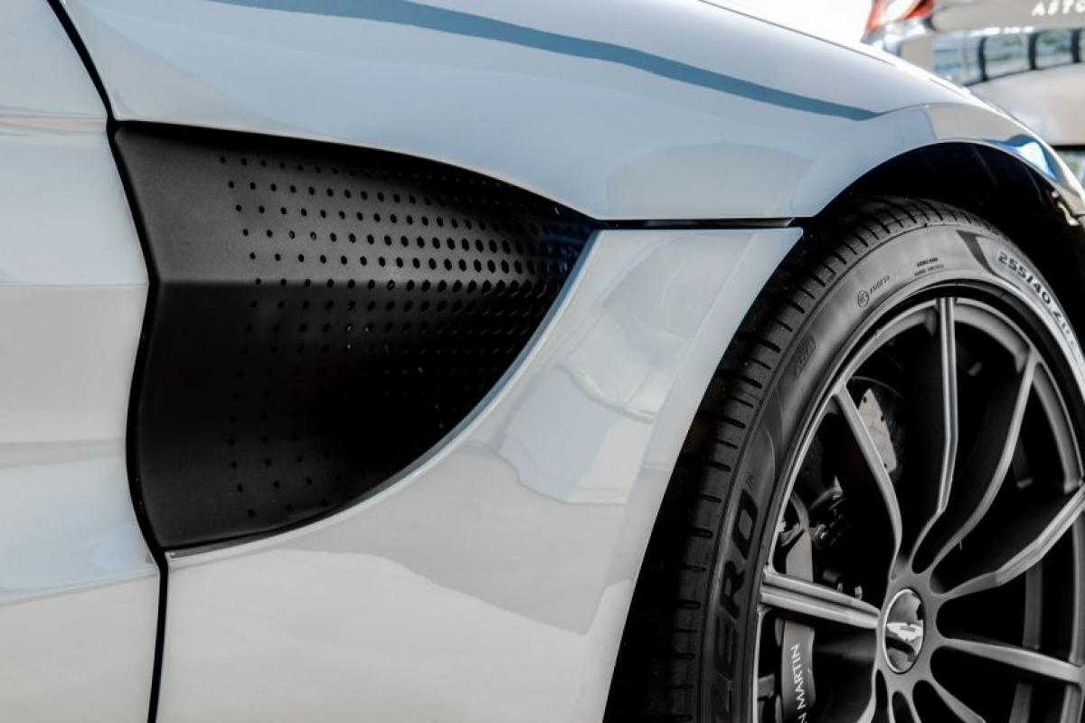 Ốp gương, mui xe và cánh khuếch tán phía sau cũng được sơn đen.