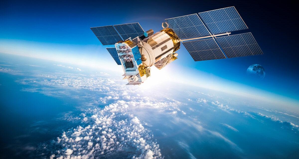 Do chưa có luật lệ và biện pháp ngăn chặn, các vệ tinh dễ bị chiếm quyền kiểm soát và gây hậu quả thảm khốc; Nguồn: debunkinglife.com