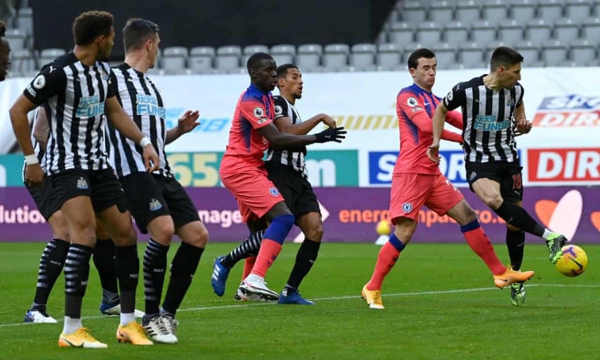 Dù các cầu thủ Newcastle phản ứng dữ dội, trọng tài vẫn công nhận bàn thắng cho Chelsea khi cho rằng tác động của Ben Chiwell không phải pha phạm lỗi.