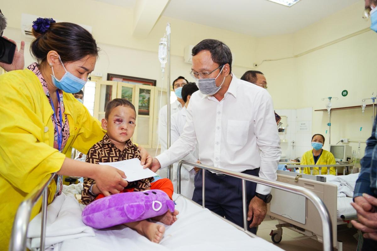 Phó Chủ tịch chuyên trách Ủy ban ATGT Quốc gia Khuất Việt Hùng và đoàn công tác trực tiếp thăm hỏi, động viên và trao những phần quà cho bé Trần Thành Công, nạn nhân bị TNGT có hoàn cảnh khó khăn tại bệnh viện Việt Đức.