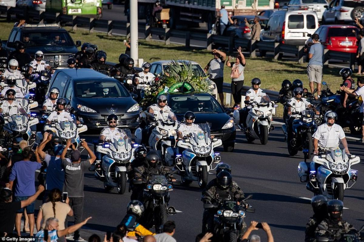 Người dân đứng 2 bên đường chào đón đoàn xe chở linh cữu Maradona đi qua.