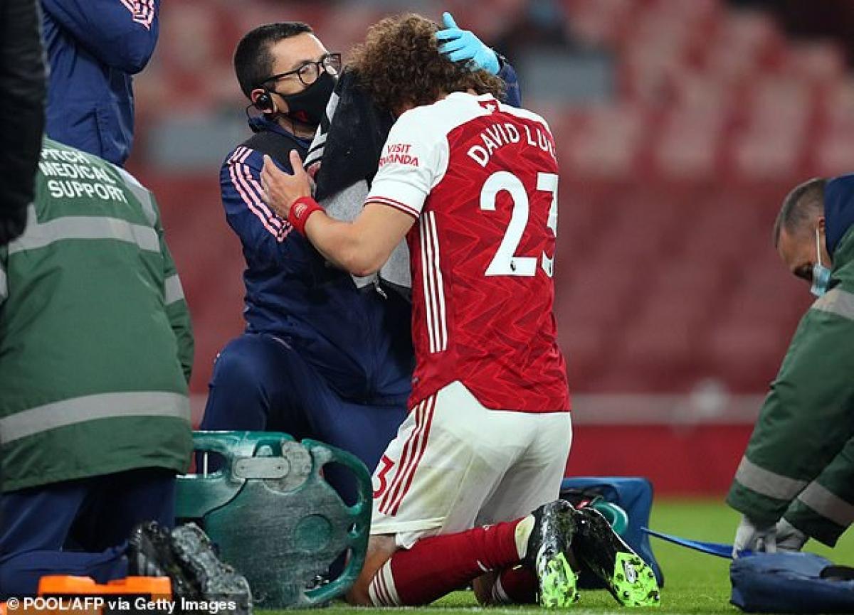 David Luiz cũng bị đau sau pha va chạm rất mạnh nhưng vẫn có thể tiếp tục thi đấu.