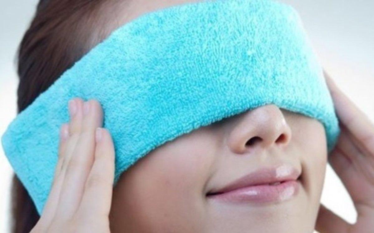 Chườm ấmở khu vực mắt trong khoảng 10 phút vào buổi sáng và buổi tối giúp làm giảm các triệu chứng khô mắt mạn tính.